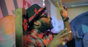 Tarrus Riley insieme a Kirkledove nel video di Rubba Dub Again